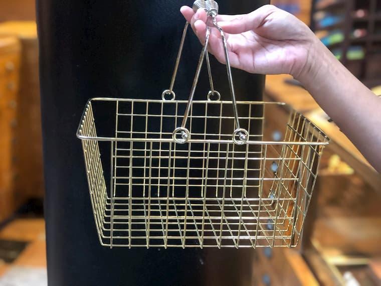 買い物する時は店員さんが配っているこの籠を利用しましょう