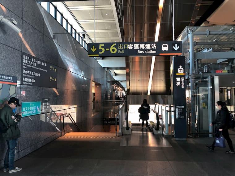 高鉄台中駅の1Fにはバス停があります