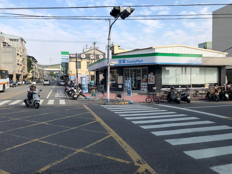 右手側にファミリーマートがある目の前がバス停