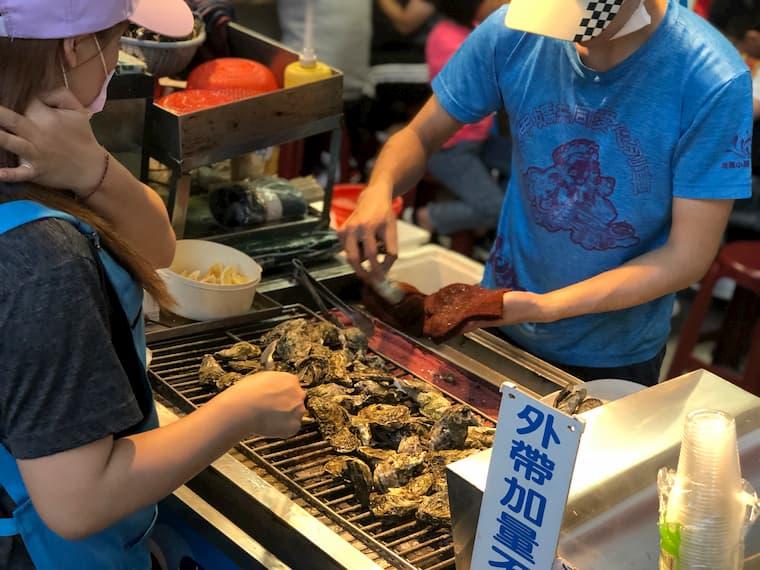 目の前で新鮮な牡蠣を提供