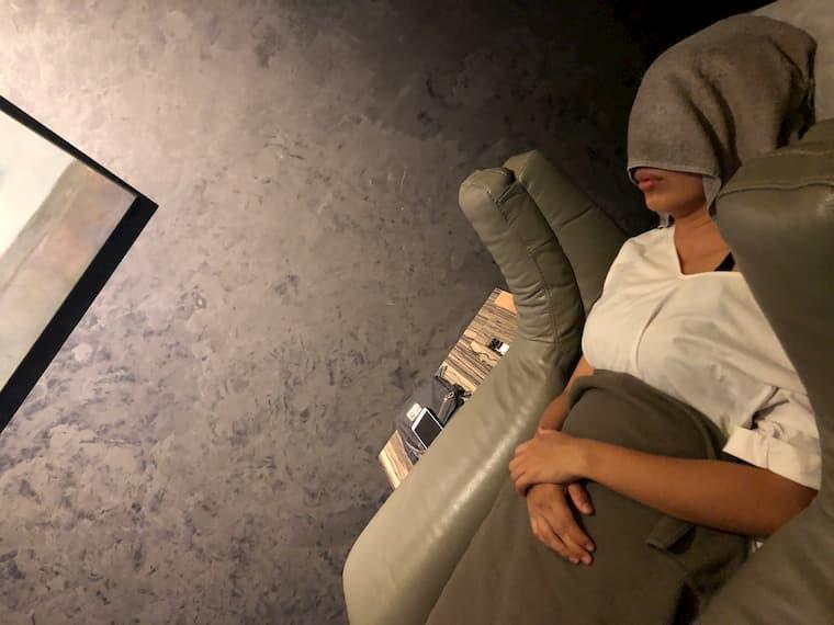 肩・頭・首のマッサージが終わると顔にタオルが置かれます